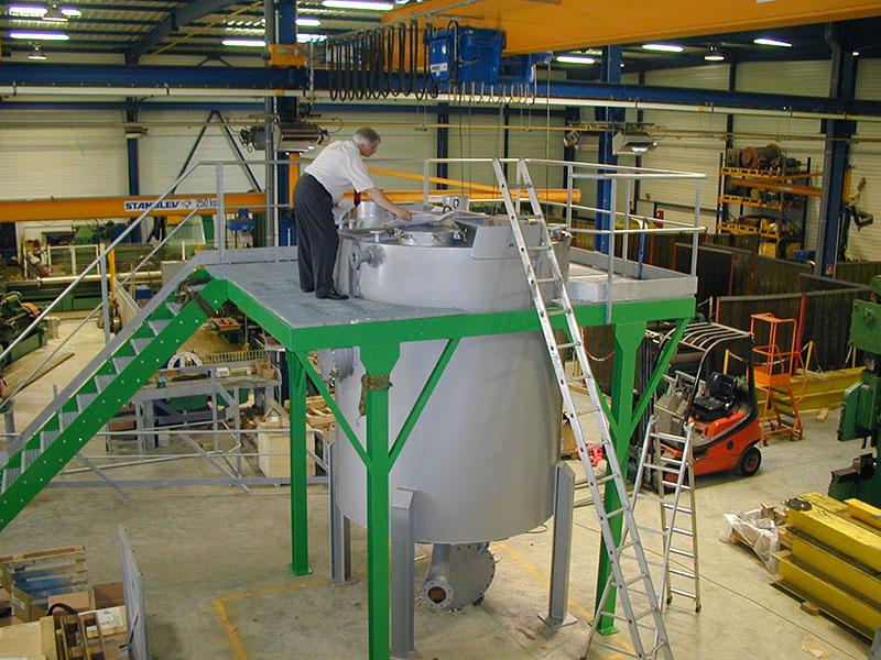 Cuve agitée en cours de montage dans l'usine
